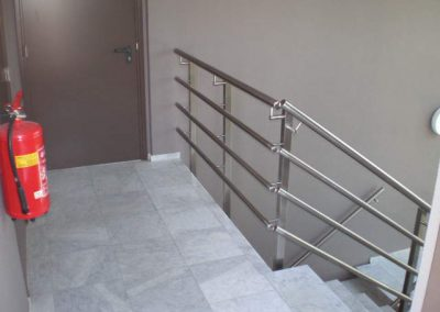 Het vervaardigen en monteren van div. RVS trapleuningen.
