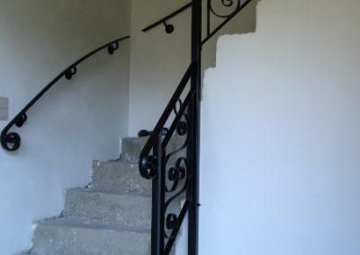Het vervaardigen en monteren van een smeedwerk trapleuning tbv een bestaande trap.