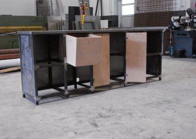 Het vervaardigen van een stalen tv meubel afgewerkt d.m.v. poedercoaten en voorzien van MDF opbergbakken en deuren.