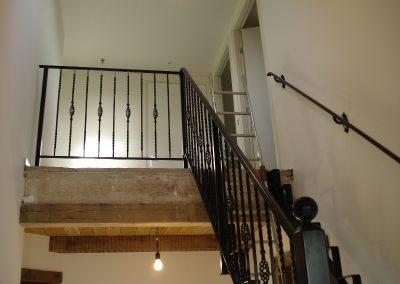 Het vervaardigen en monteren van een stalen trap + leuning,  het geheel is na vervaardigen gepoedercoat.
