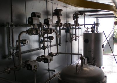 Het vervaardigen en monteren van RVS 316 leidingwerk en het aansluiten van de diverse componenten.