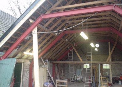 Het vervaardigen en monteren van stalen spanten in een bestaande schuur ter vervanging de bestaande houten spanten.
